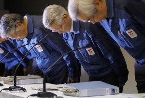 TEPCO_fukushima_press_conference_bowing